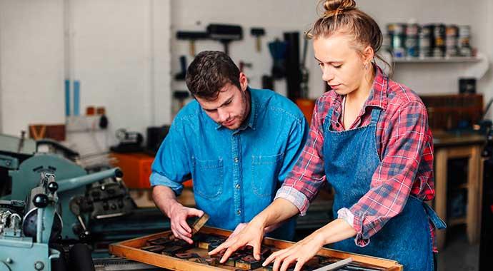 un homme et une femme préparant les typographies avant impression