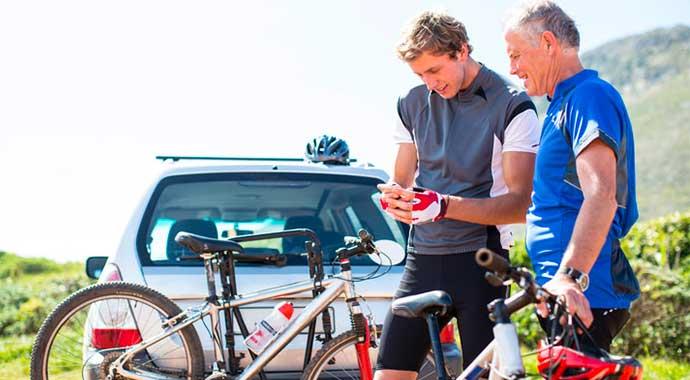 Deux cycliste planifie leur itinéraire en tenant leurs vélos