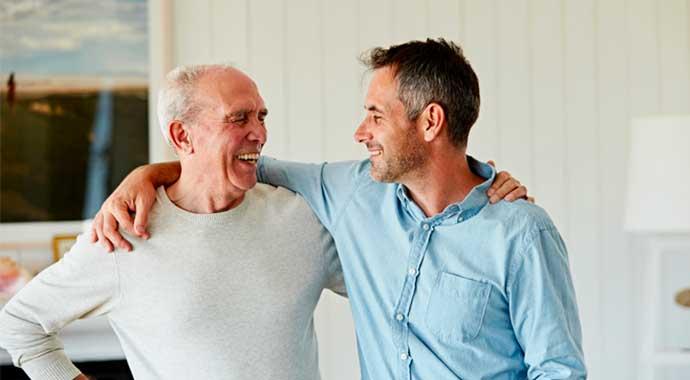un homme et son père heureux bras dessus bras dessous