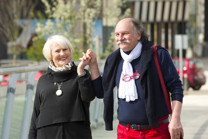 Femme et homme retraité joyeux se tenant la main