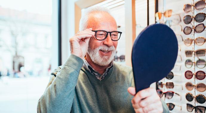 Retraités essayant des lunettes