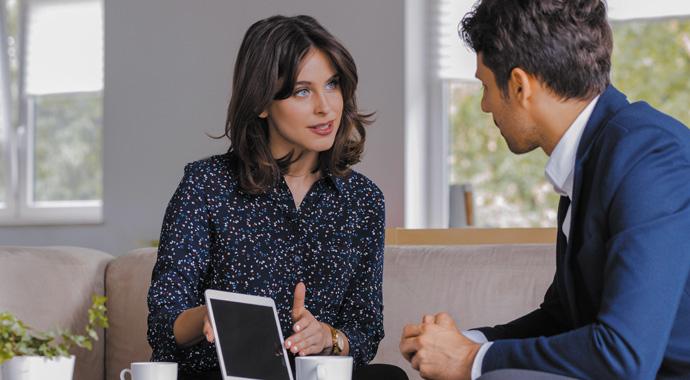 Couverture du magazine actifs - septembre 2019, une femme donne des informations face à un homme sur sa tablette.