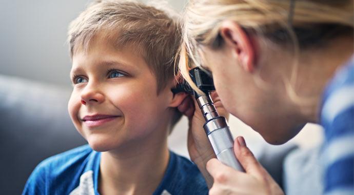 Couverture magazine des actifs - juin 2019, une docteur examine l'oreille d'un enfant