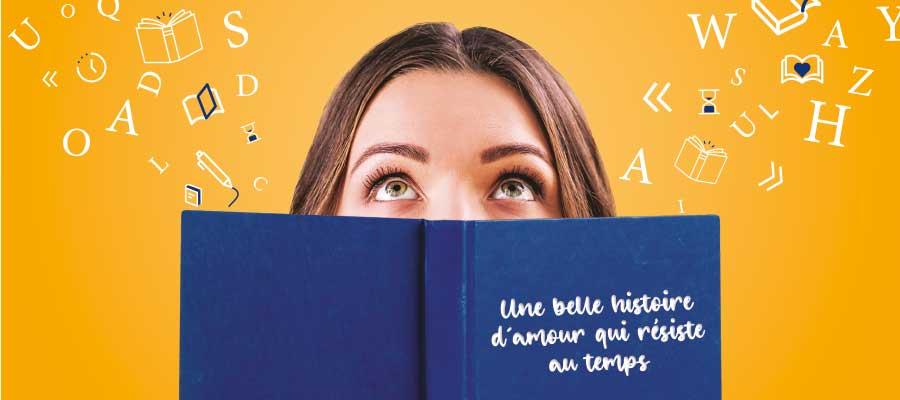 Une femme les yeux en l'air avec un livre ouvert devant elle