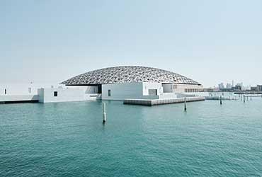 Vue sur le musée du Louvre à Abu Dhabi