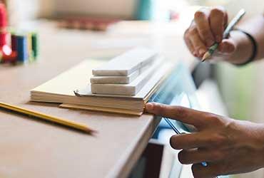 Mesure avec un crayon et équerre pour une découpe de couverture de livre.